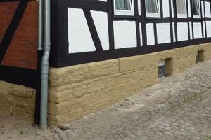 Der sanierte Sandsteinsockel<br />Fotos: Keimfarben