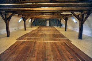 Imposant im Dachgeschoss: das mächtige historische Tragwerk