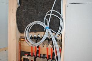 Wird Dämmstoff aus Schafwolle in der Installationsebene von Neubauten platziert, so reduziert er natürliche Emissionen wie Aldehyde oder VOCs