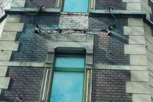 An den Fassaden zur Straßenseite hin wurden die meisten der alten Balkone an den Meyer'schen Häusern bereits abgerissen
