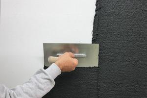 Arbeitsablauf: Putz auftragen, mit Plastiktraufel strukturieren und mit Schaber Putzspitzen brechen. Dann wird die zweite Schicht aufgetragen und mit der Stahltraufel abgespachtelt. Mit der Schwammscheibe egalisieren und nach Trocknung schleifen. Nach Reinigung ist so ein optisch tiefer Putz entstanden<br />
