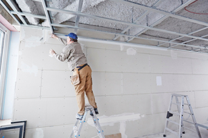 """Vor der Beplankung sorgten die Trockenbauprofis vom Schams Bauunternehmen zunächst mit dem """"Rigips TrennFix"""" für eine professionelle Bauteiltrennung zwischen Wand- und Deckenflächen"""
