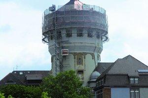 Weil Gefahr durch herabfallende Teile für die Schüler bestand, musste der ehemalige Wasserturm der Mannheimer Lutzenbergschule nach einem Sturmschaden schnell und sicher eingerüstet werden