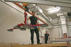 """Im Untergeschoss: mit einem Vakuumheber transportiert Marc Schwenk eine Fliese auf den Schneidetisch<span class=""""bildnachweis"""">Fotos: Stephan Thomas</span>"""
