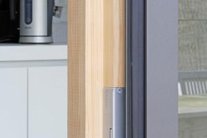 """Die nach außen öffnenden Holzfenster sind mit einer Aluminiumblende verkleidet<span class=""""bildnachweis"""">Foto: Robert Mehl</span>"""