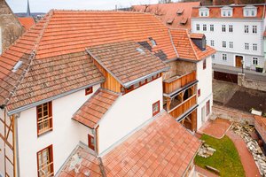 Rechts: Nach dem Abriss der Anbauten steht das Fachwerkhaus wieder nach allen Seiten frei