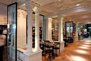 Rechts: Der zum Café gehördene Durchgangsbereich mit der dem historischen Vorbild nachgebauten Decke ist vom Laden durch bewegliche Glaselemente abgetrennt<br />