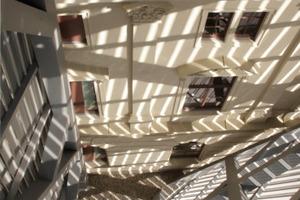 Blick vom Aussichtsbalkon nach oben, dort wo die Fassade des Altbaus auf die neue Stahlkonstruktion trifft