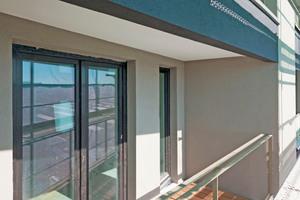 """Links: Bei Fassadenbereichen mit geringem Hellbezugswert kam das Dämmsystem """"Carbon Extra"""" zum Einsatz"""