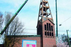 Die Kirchturmspitze wird demontiert: Die Zimmerleute von Holzbau Vorderwisch ersetzten alle spitzen Dachformen gegen runde
