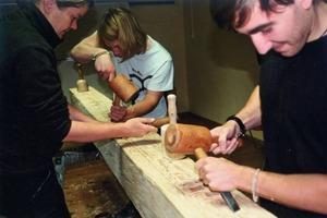 Beim Praxisseminar der Jugendbauhütte Stade erlernten die Teilnehmer auch Techniken für Holzbildhauerarbeiten <br />