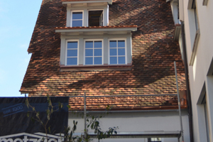 Rechts: Die Eindeckung aus Biberschwanzziegeln wurde abgenommen, gesäubert und nach fachgerechter Instandsetzung des Daches erneut verlegt