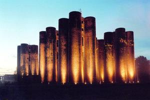 Die 22 m hohen Biotürme in Lauchhammer sind ein weltweit einzigartiges Industriedenkmal. Das linke Bild zeigt die Türme 2002 während einer Beleuchtungsaktion vor der Sanierung. Das rechte Bild zeigt die denkmalgerecht sanierten Biotürme mit den beiden Mitte Juli eröffneten Glaskanzeln