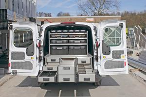 Die 1240 mm langen Heckschubalden bieten zusammen mit den Koffern und Boxen im Regal erstaunlich viel Platz für Kleinteile und auch größeres Werkzeug