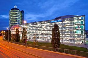Im Mercedes-Benz Center München werden auf rund 14000 m<sup>2</sup> Neu-, Jahres- und Gebrauchtwagen gezeigt<br />Foto: Daimler Benz AG Niederlassung München