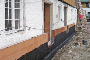 Rechts: Auf den Sockel wurde auf die neue Fassade eine Noppenfolie sowie eine Dickbeschichtung aufgebracht Fotos: P+P Schwarzenberger Architekten+ Ingenieure