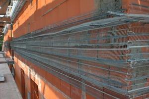 Auch die Stuckprofile direkt an der Fassade wurden auf einer Armierung aus Rippenstreckmetall mit Dämmputz gezogen<br />