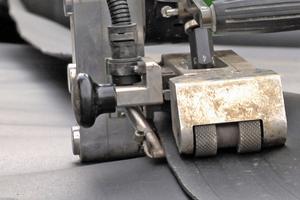 Ein Roboter verschweißt die Nähte der Dichtungsbahn mit einer Doppelnaht