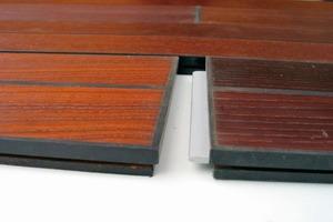 Durch die Wärmebehandlung verändert sich der Farbton des Holzes je nach Behandlungsintensität bis zu einem sehr dunklen schwarz-braun