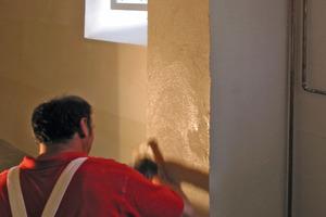 Links: Die Calciumsilikatplatten verputzten die Handwerker anschließend mit einem Kalkputz<br />Fotos: Baumit<br />