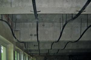 Für die wellenförmige Decke montierten die Handwerker zunächst an Nonius-Abhängern eine Metallunterkonstruktion<br />