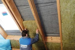 Die Dachdämmplatten sind so formstabil, dass sie sicheren Halt finden, gleichzeitig aber auch elastisch genug, um sich den Sparren fugendicht anschmiegen zu können<br />