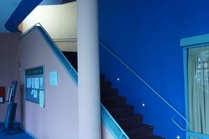 Originale Farbigkeit von Hans Scharoun: In kräftigem Blau gestrichene Treppe