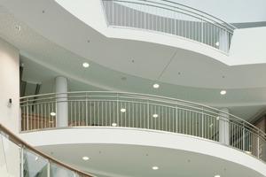 Rechts: Mit den biegsamen Spezialplatten Riflex (Glasroc F) erreichten die Trockenbauer unterschiedliche Abstufungen der Decken<br />