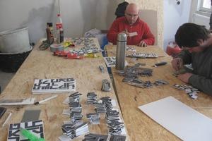 Die Mitarbeiter von Martin Ranft experimentieren mit den Buchstaben für die Wand- und Deckenreliefs