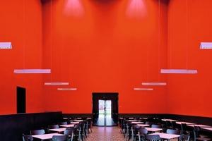 Die anspruchsvolle Innenausstattung und Farbgestaltung wirkt im Restaurant als Kontrast zum Provisorium<br />