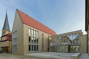 Beim Neubau für das Rathaus in Brackenheim handelt es sich um einen schlicht gestalteten Mauerwerksbau, der über ein transparentes Zwischengebäude mit dem alten Rathaus verbunden ist<br />Foto: Zooey Braun