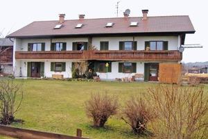 """Vorher – nachher: Aus einem """"Ölschlucker"""" aus den 1960er Jahren in Hopferau wurde dank vorgefertigter Fassadenelemente aus Holz ein hoch energieeffizientes Mehrfamilienhaus"""