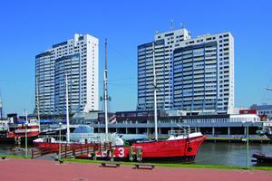 Das Columbus-Center in Bremerhaven an der Ostseite des Alten Hafens ist ein Wahrzeichen der Stadt; die drei Hochhausscheiben enthalten 555 Wohnungen