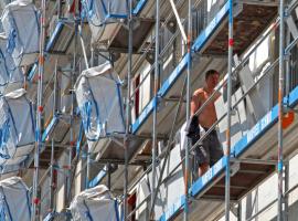 Mit dem Imbag-System werden Bauplatten und Dämmmaterialien in Taschen direkt am Gerüst befestigt<br />Fotos: Knauf / Ralf Heikaus