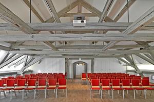 Unter dem sichbaren Dachstuhl fand ein großzügier Saal im mittleren der alten JVA-Gebäude Platz<br />