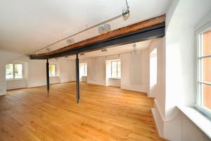 Da sich das Gebäude in der Mitte um bis zu 80 cm abgesenkt hatte, leitet zum Beispiel im großen Saal im ersten Obergeschoss ein Doppel-T-Träger unter dem Balken die Lasten auf die Außenmauern und auf zwei Stahlstützen ab
