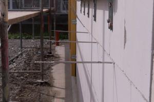 Vor dem Dämmen werden Luftschichtanker in die Mauerwerksfugen gesteckt