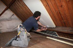Die Dachschrägen der Speicher dämmten die Handwerker ebenfalls von innen