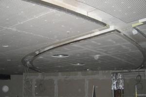Die Lichtkanäle mit integrierter Beleuchtung stellen ein wesentliches Gestaltungselement dar
