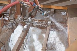 """An aufsteigenden Bauteilen war es nötig, """"Supafil Loft Plus"""" feucht aufzublasen"""