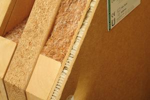 Die Platten werden mit Tellerdübeln auf einer Unterkonstruktion aus Holz verschraubt