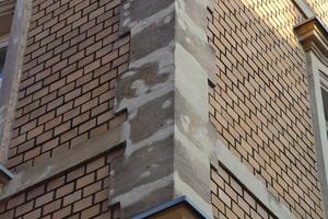 Gebäudeecke aus Kalksteinen völlig falsch instandgesetzt: Der Fugenmörtel ist zu weiß und die Löcher im Stein sollten mit farbig angeglichenem Mörtel repariert werden<br />