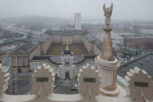 Blick von Norden, vom Dach der Nicolai-Kirche auf die Dreiflügelanlage und seine moderne Dachlandschaft<br />