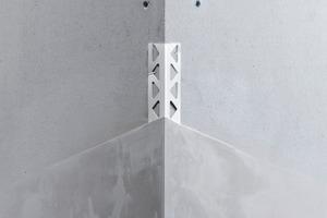 Links: Die bekannteste Verwendung eines Kantenschutzprofils ist die Außenecke, die mit einem einfachen Eckprofil verstärkt wird<br />