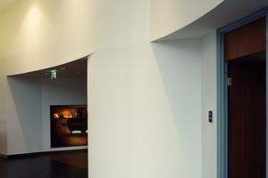 Der Lexus-Showroom an der B1 in Dortmund besticht durch seine hochwertigen runden Trockenbauformen<br />