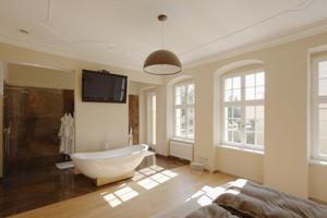 Schlafzimmer mit Badewanne ...