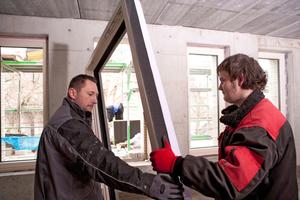 """Mit dem Multifunktionsband am Blendrahmen setzen die Handwerker das komplette Fenster gegen die Vormauerung in die neue Laibung, die von der Fenstermontagezarge gebildet wird<span class=""""bildnachweis"""">Fotos: Tremco illbruck</span>"""