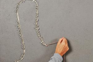 Getönten Putz und Kratzspachtelung aufziehen, Maurerschnur aus trockenem Putz ziehen