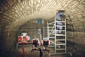 Für das Schließen der geöffneten Fugen an der Gewölbeunterseite wurde mit dem Grundputz das gleiche Material eingesetzt wie an der Gewölbeoberseite zur Egalisierung<br />