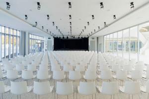 Rechts: Vor allem die großen Räume des Bochumer Gymnasiums bedurften einer ausgeklügelten Akustik